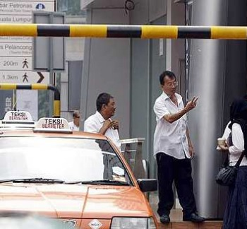 Making it clear: Taxi drivers at Plaza Bukit Bintang quoting their rates to ferry passengers to Suria KLCC.