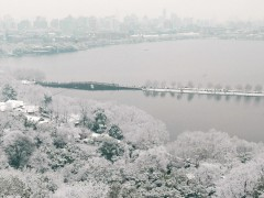 Photo taken in Jan. 2008 shows a snow view of the West Lake in Hangzhou, capital of east China's Zhejiang Province. (Xinhua/Tan Jin)