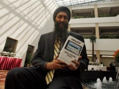 "Suneet Singh Tuli, CEO of DataWind, the small British-based company that developed Aakash, displays the ""world's cheapest"" tablet during its launch ceremony in New Delhi October 5, 2011. REUTERS/Parivartan Sharma"