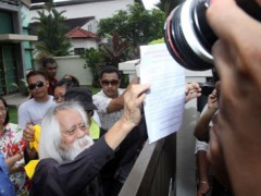 Bersih 3.0 co-chairman Datuk A. Samad Said showing the memorandum to the media at Datuk Ambiga's house. – Photo by Jack Ooi